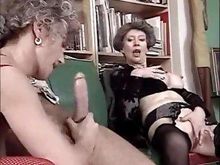 Mein analer Freund knabbert am Arsch und wird gefickt