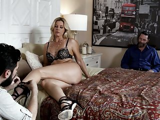 Bearded dude sucks sexy feet be incumbent on blonde India Summer before making out the brush