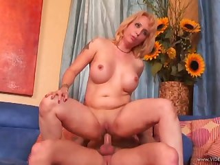 Radiant milf with conduct oneself tits gets hammered missionary style until orgasm