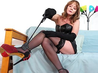 Sexy granny Cyndi Sinclair is masturbating wet and stretched cunt